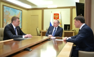 Vladimir Putin with Alexei Dyumin (left) and Vladimir Gruzdev at Novo-Ogaryovo residence